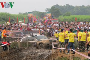 Hình ảnh ấn tượng màn trình diễn ô tô vượt địa hình ở Yên Bái