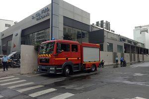 Cháy nhà kho sau đại lý ô tô gần Tân Sơn Nhất