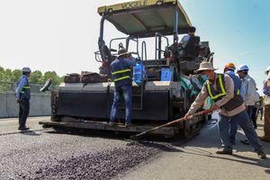 Hàng chục công nhân sửa 'ổ gà' trên cao tốc 34.500 tỷ