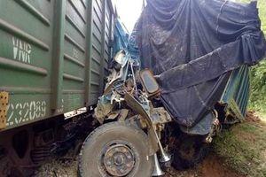 Ôtô chở đất bẹp dúm sau cú va chạm với tàu hỏa