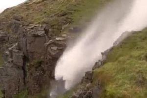 Kỳ lạ hình ảnh thác nước chảy... lộn ngược lên trời