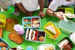 Giáo viên Anh 'âm thầm' mang thêm thức ăn hỗ trợ học sinh bị đói