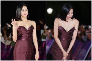 Bạn gái tin đồn của G-Dragon loay hoay che ngực vì sợ 'lộ hàng'