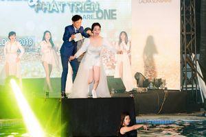 Nhật Kim Anh phấn khích nhảy xuống hồ bơi khi đang biểu diễn