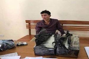 20 cảnh sát siết chặt vòng vây, bắt giữ hai đối tượng vận chuyển 30 bánh heroin