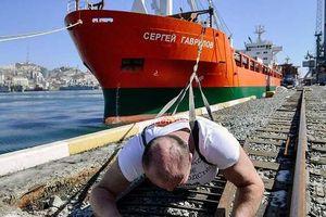 'Hercules nước Nga' dùng thân mình kéo tàu chở hàng 11.000 tấn