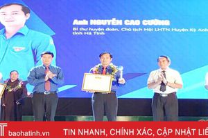 Cán bộ đoàn Hà Tĩnh nhận giải thưởng '15 tháng 10'