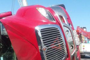 Xe container lật nghiêng khi chạy qua cung đường 'tử thần'