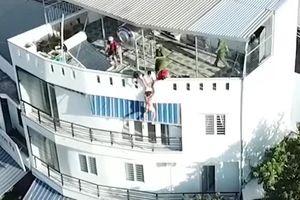 Cảnh sát 113 phản xạ cực nhanh cứu được người đàn ông khỏa thân nhảy lầu tự tử