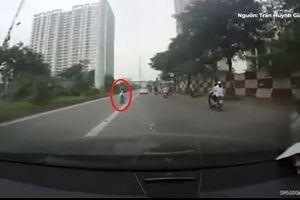 Clip: Thanh niên đầu trần, liều mạng đối đầu xe buýt BRT