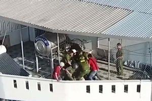 Khánh Hòa: Giải cứu nam du khách đòi nhảy từ lầu 4 xuống đất