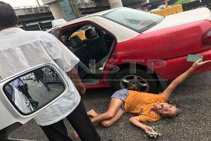 Người phụ nữ Việt nằm giữa đường cầu cứu cảnh sát Malaysia, chồng nói cô vợ bị tâm thần