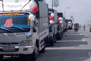 Dùng xe hơi xưa rồi, huy động cả một dàn xe tải để đón dâu như đám cưới ở Thái Bình này mới 'chất'