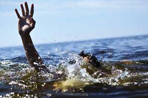 Lật thuyền ở giữa hồ, 2 học sinh bị đuối nước