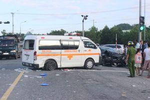 Đà Nẵng: Xe chở bệnh nhân ung thư về quê bị tai nạn, y tá văng khỏi cửa gương