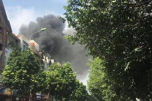 Hà Nội: Cháy lớn tại xưởng sản xuất sofa ở phường Trung Văn, 1 người chết, 4 người bị thương