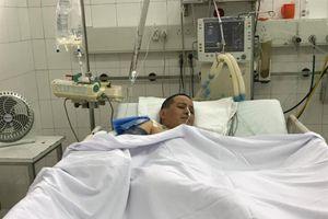 Bố nhiễm độc chì, mẹ ngã dàn giáo thập tử nhất sinh, chàng trai 22 tuổi khóc vì bất lực