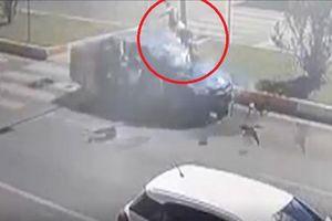 Kinh hãi clip mẹ cùng hai con gái bị ô tô hất tung lên trời khi đang băng qua đường
