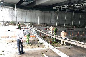 TPHCM: Xe tải kéo sập giàn giáo trước hầm Thủ Thiêm, phong tỏa toàn bộ hầm, giao thông tê liệt
