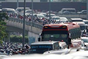 Sập dàn giáo trong hầm vượt sông Sài Gòn, giao thông ùn ứ nghiêm trọng