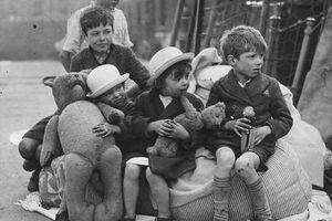 Hình ảnh trẻ em Anh sơ tán trong chiến dịch oanh tạc của phát xít Đức