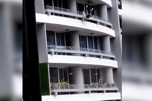 Người phụ nữ rơi từ tầng 27 xuống đất do mải chụp selfie trên lan can