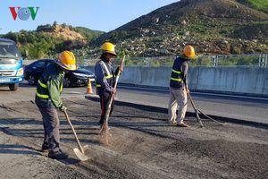 Cao tốc 34.000 tỷ đồng bị hỏng: Nhà thầu bóc sửa mặt đường