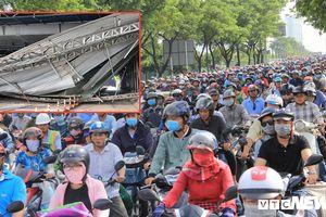 Hàng nghìn phương tiện chôn chân nhiều giờ sau sự cố sập mái che hầm Thủ Thiêm