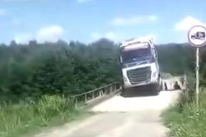Bất chấp cảnh báo lao qua cầu ọp ẹp, xe tải đắm mình dưới sông