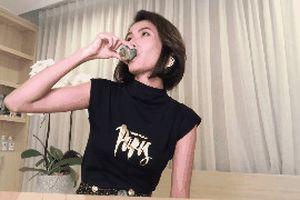 Màn uống nước xịt khoáng gây tranh cãi của Cao Thiên Trang