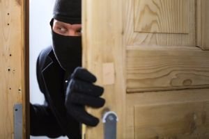 Thợ sửa đồng hồ bịt mặt, cầm dao đi cướp để lấy tiền trả nợ