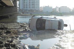 Taxi 'bay' qua lan can cầu, rơi xuống nước từ độ cao 6m