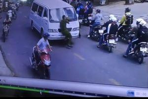Tài xế chạy xe vào đường cấm, 'ủn' Trung úy công an đi hơn 100m