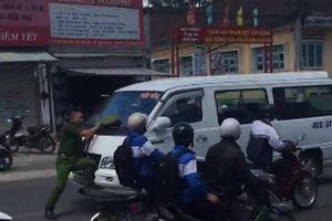 Đà Lạt: Công an bám cần gạt nước xe vi phạm