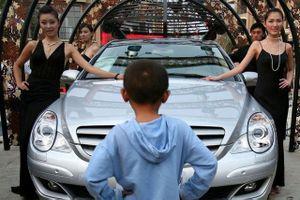 Đại gia Trung Quốc bị 'tẩy chay' vì dùng siêu xe đưa con tới trường