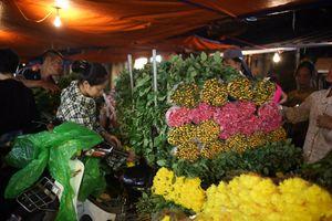 Chợ hoa đêm Quảng An nhộn nhịp trước thềm 20/10