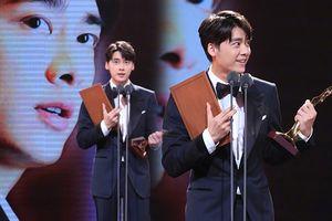 Cùng nhận hai giải thưởng lớn tại Kim Ưng 2018, Địch Lệ Nhiệt Ba hứng cơn mưa gạch đá còn Lý Dịch Phong thì sao?