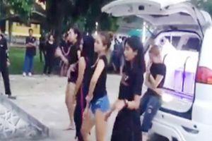 Xôn xao clip 4 cô gái nhảy sexy trong đám tang bạn