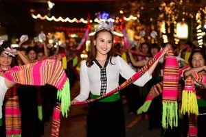 Hoa hậu Đỗ Trần Khánh Ngân lần đầu múa Xòe trên cao nguyên Tây Bắc