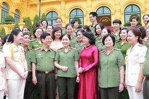 Quyền Chủ tịch nước Đặng Thị Ngọc Thịnh gặp mặt phụ nữ Công an tiêu biểu