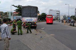 Xe máy va chạm xe tải, 2 mẹ con tử vong