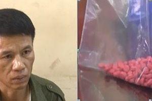 Người đàn ông 49 tuổi 'ôm' gần 1.000 viên ma túy vào nhà nghỉ