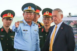 Bộ trưởng Mattis đến sân bay Biên Hòa, thảo luận việc tẩy độc dioxin