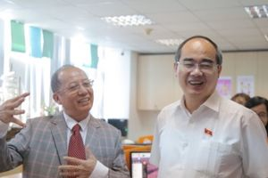 Bí thư Nguyễn Thiện Nhân nói tiếng Anh, hỏi thăm nhân viên logistic