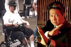 'Bố già' Hồng Kim Bảo phải ngồi xe lăn đi chợ ở tuổi U70