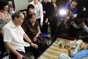 Bí thư Nguyễn Thiện Nhân thăm người dân quận 2 và quận 4