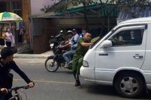 Đối tượng lái ô-tô lao thẳng vào chiến sĩ công an ra trình diện