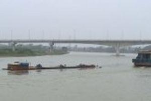 Chìm tàu chở hơn 1.000 tấn xi-măng ở Nam Định