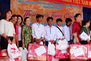Hơn 100 triệu đồng quà trao tặng các xã tại Tây Giang