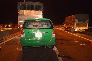 Taxi 7 chỗ đâm vào đuôi xe tải làm 3 người tử vong tại chỗ